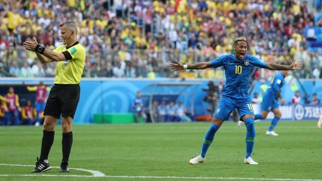 Neymar e o juiz Bjorn Kuipers Brasil x Costa Rica São Petersburgo (Crédito: Reuters)