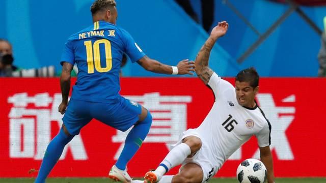 Neymar e Cristian Gamboa Brasil x Costa Rica São Petersburgo (Crédito: Reuters)