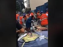 Funcionários de Prefeitura recolhem cobertores de moradores de rua
