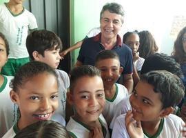 Prefeito João Luiz visita escolas na companhia de secretaria