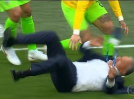 Tite leva tombo e rola no chão ao celebrar gol do Brasil