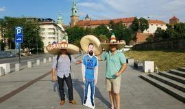 Grupo de torcedores leva amigo em versão papelão para Copa do Mundo