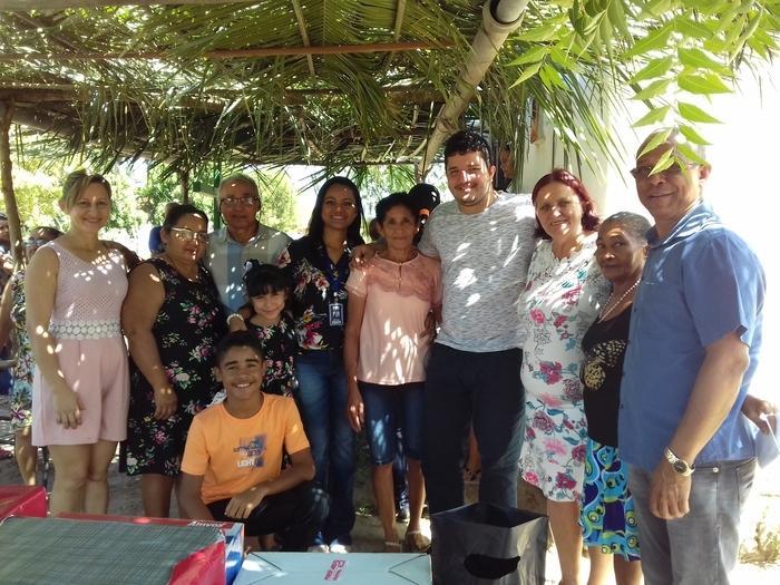 Presidente da associação, senhor Manoel da Cruz acompanhado de familiares e autoridades locais