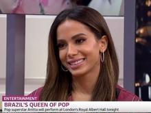 Em entrevista, Anitta se confunde no inglês e diverte jornalistas
