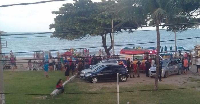 Banhistas se aglomeram em praia no Grande Recife após jovem de 18 anos ser atacado por tubarão  (Crédito: Reprodução/WhatsApp)