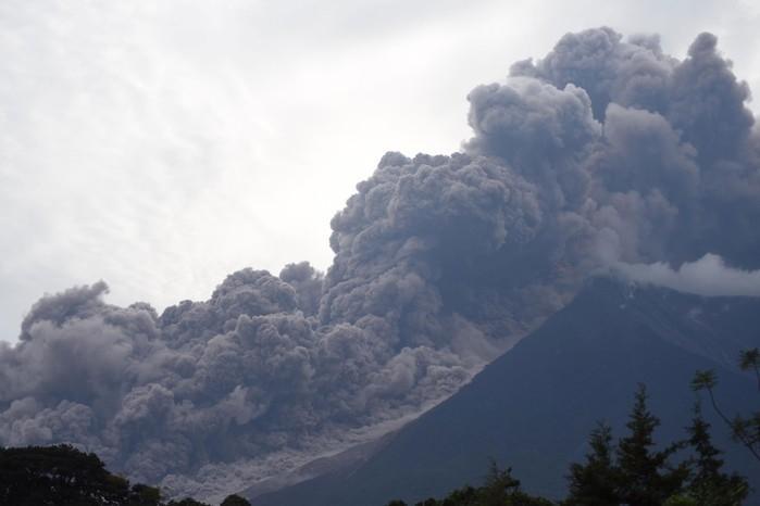 Erupção do Vulcão de Fogo vista da cidade de Alotenango, no departamento de Sacatepequez, no domingo (3)  (Crédito: Orlando Estrada / AFP )