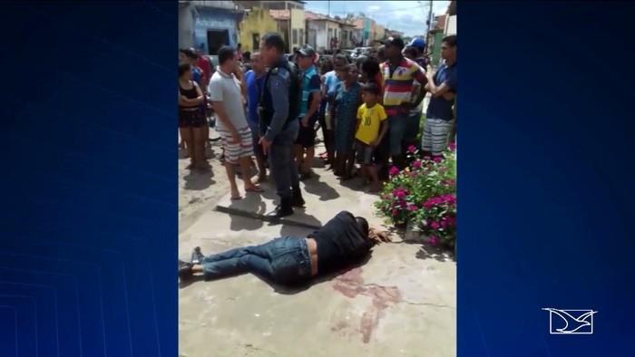 Assaltante ferido ficou à espera do atendimento médico na calçada da casa  (Crédito:  Reprodução / TV Mirante)