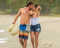 Giovanna Antonelli e Emílio Dantas gravam cenas românticas em praia