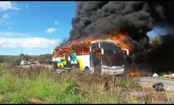 Ônibus que saiu de Brasília para o Piauí pega fogo na Bahia (Crédito: Reprodução/ Portal Bahia Notícias)