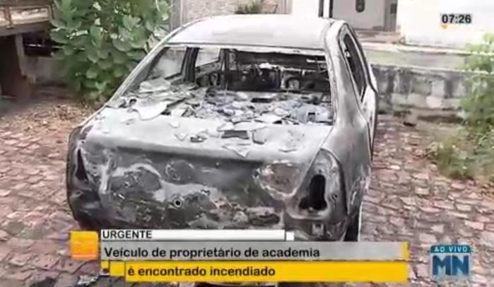 Veículo encontrado incendiado (Crédito: Reprodução/TVMN)