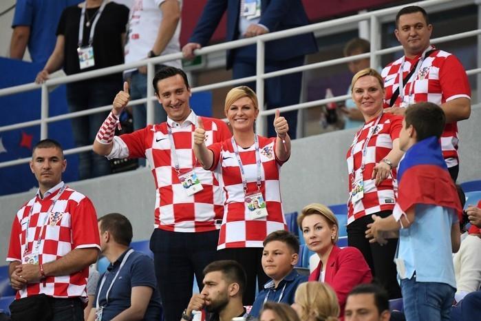 A presidente da Croácia, Kolinda Grabar-Kitarovic, no meio da torcida  (Crédito: AFP)