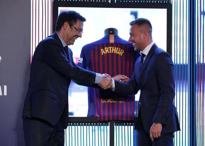 Arthur é apresentado no Barcelona diante de Josep Maria Bartomeu (Crédito: Albert Gea / Reuters)