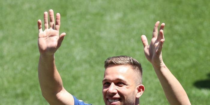 Arthur assina contrato e é apresentado no Barcelona; veja