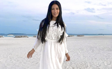 De férias nas Maldivas, Simaria posa de look todo branco na praia