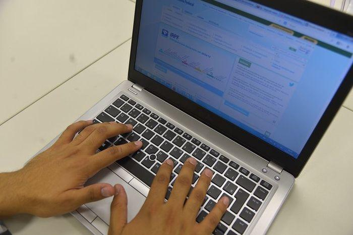 Para saber se teve a declaração liberada, o contribuinte deve acessar a página da Receita na internet, ou ligar para o Receitafone, número 146  (Crédito: Arquivo Agência Brasil)