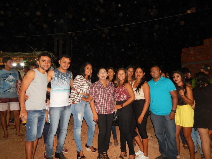 Vereadora Erislene Monteiro rodeada de amigos