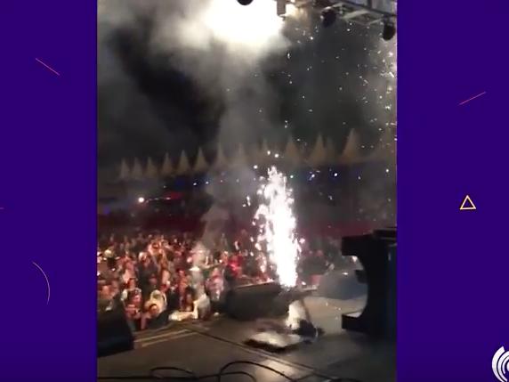 """DJ fica ferido ao ser """"engolido"""" por buraco no palco durante evento"""