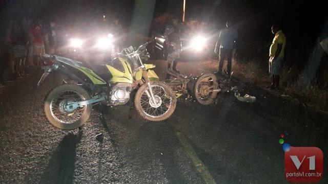 Colisão entre motos deixou duas pessoas mortas (Crédito: Reprodução/Portal V1)