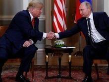 Detalhe em cena de aperto de mão entre Putin e Trump chama atenção