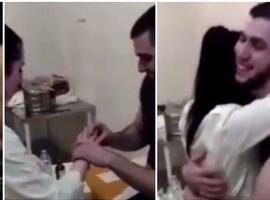 Rapaz põe aliança dentro do abdômen para fazer pedido de casamento
