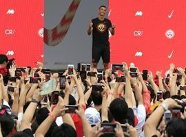 CR7 dá pausa nas férias para 'tour' na China e reúne multidão