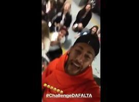 """Neymar faz piada e se diverte em """"desafio da falta"""" com crianças"""