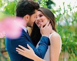 Camila Queiroz e Klebber Toledo enviam convites do casamento