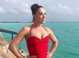 Aos 51, Claudia Raia posa de maiô em ilha e arranca elogios dos fãs