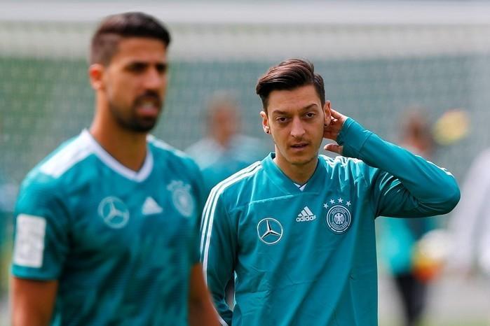 Mesut Özil foi alvo de críticas do presidente do Bayern de Munique (Crédito: Reuters)