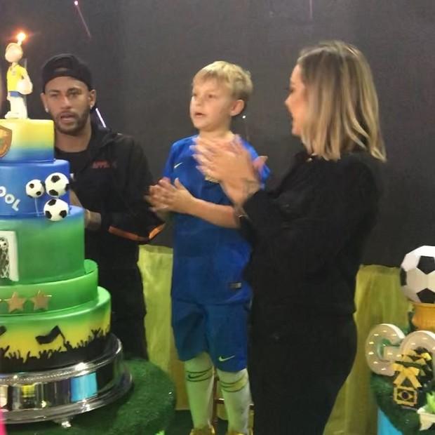 Neymar e Carol Dantas cantam parabéns com Davi Lucca (Crédito: Reprodução/Instagram)
