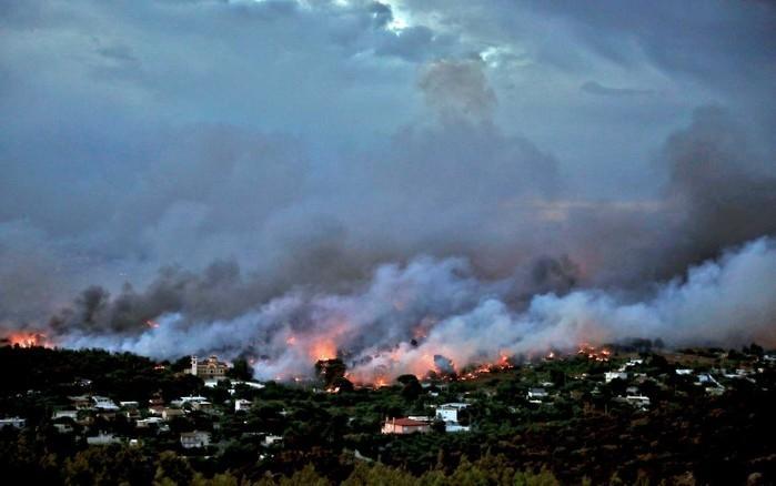Incêndio florestal atinge imediações da cidade de Rafina, (Crédito: Reuters/Costas Baltas))