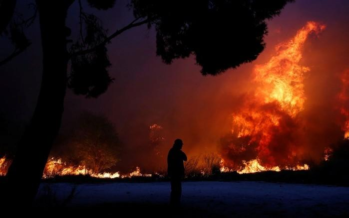 Incêndio florestal na cidade de Rafina, perto de Atenas (Crédito: Reuters/Costas Baltas))