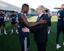 Florentino Pérez visita treino do Real e saúda Vinícius Júnior