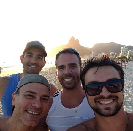 Leonardo Vieira e o companheiro (ambos de boné) com amigos na Praia de Ipanema (Crédito:  reprodução/ instagram)