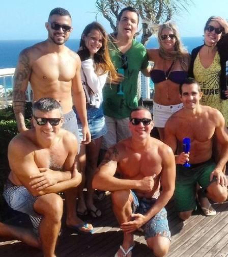 Leonardo Vieira e Leandro Fonseca (à direita, sem camisa) e amigos  (Crédito:  reprodução/ instagram)