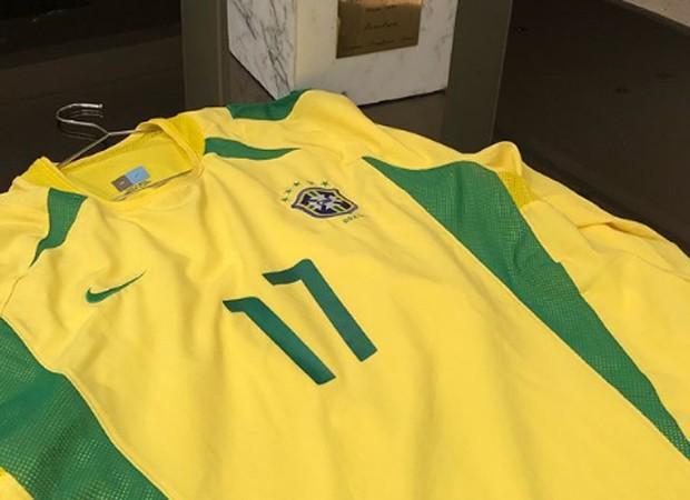 Denílson, que foi o 17 na Copa do pentacampeonato, em 2002, colocou foto da camisa para mostrar a torcida  (Crédito: Reprodução/Instagram)