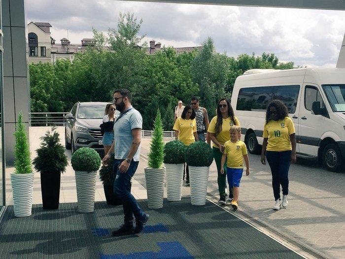 Família de Neymar (mãe, irmã e filho) chegam ao hotel  (Crédito: Edgar Maciel)