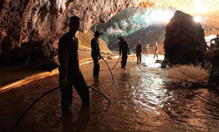 Equipes trabalham no resgate de meninos em caverna na Tailândia  Leia mais: https://oglobo.globo.com/mundo/meninos-na-caverna/autoridades-tem-ate-quatro-dias-para-resgate-em-caverna-na-tailandia-22861999#ixzz5KbCoAiVn stest (Crédito: HANDOUT / AFP)