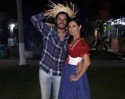 Ao lado de namorado,Fátima Bernardes encara touro mecânico em festa
