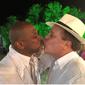 Após beijar amigo na boca, Chico Pinheiro é atacado e dá resposta