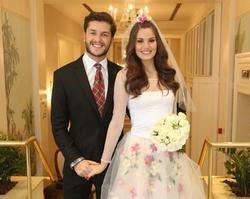 Klebber Toledo e Camila Queiroz se casam em arraiá junino no Rio
