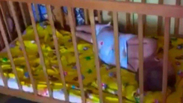Criança amarrada com fralda descartável em creche russa (Crédito:  Reprodução)
