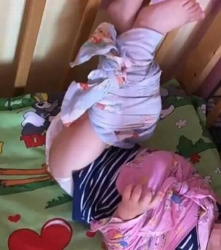 Menino com mão e pernas amarradas em creche russa  (Crédito:  Reprodução)