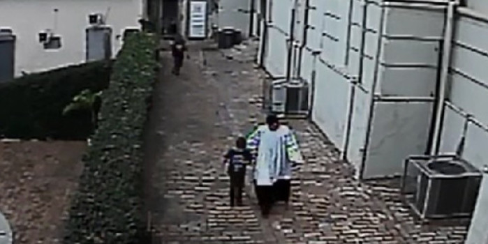Coroinha salva menino atacado por homem em banheiro de igreja