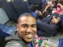 Em meio a tiroteio, jovens posam para selfie no Rio de Janeiro