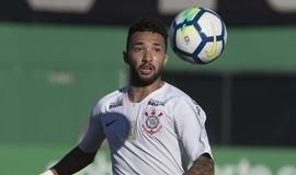 Clayson do Corinthians pode ser punido por jogar água em torcedores