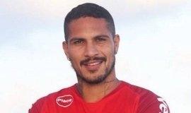 Internacional divulga novas fotos de Guerrero com a camisa do time