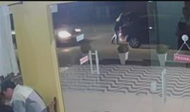 Mulher é prensada contra porta-malas do seu carro por outro veículo