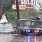 Polícia resgata noiva ilhada em carro durante enchente