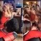 Garçonete rebate assédio de outra mulher com duros golpes; vídeo